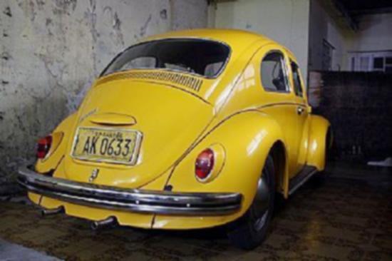 Fusca amarelo com placa antiga amarela