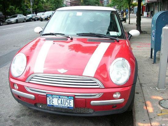 Carro vermelho com placa BE CAU5E