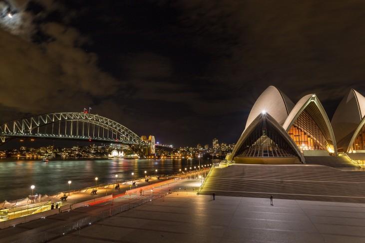 Ópera e Ponte da Baía de Sydney à noite