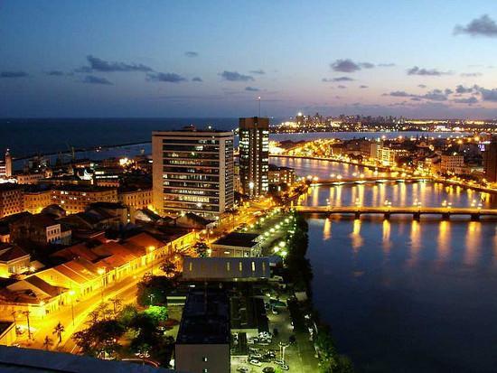 Recife à noite com pontes iluminadas