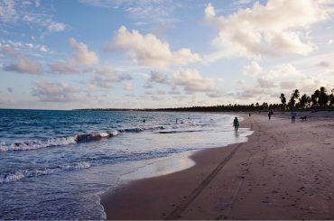 praia no pôr do sol em porto de galinhas