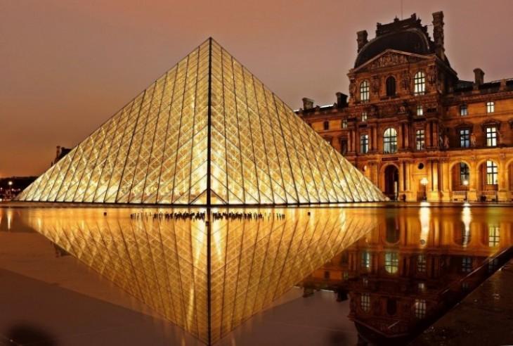 Pirâmide em frente ao Museu do Louvre à noite