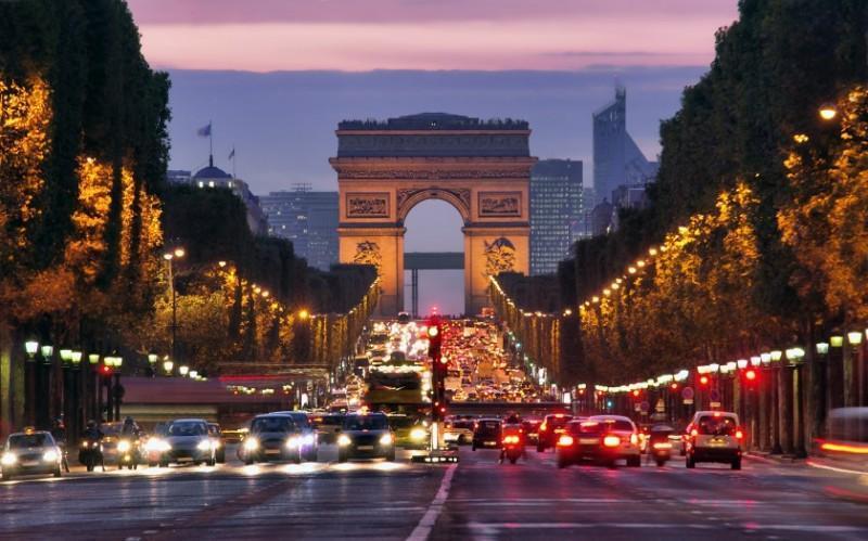 Champs Elysées e Arco do Triunfo à noite