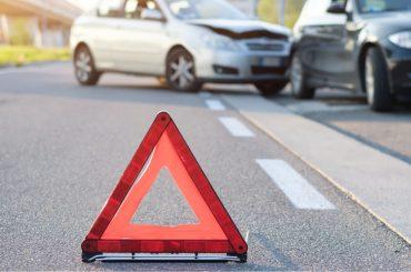 acidente entre carros com triângulo