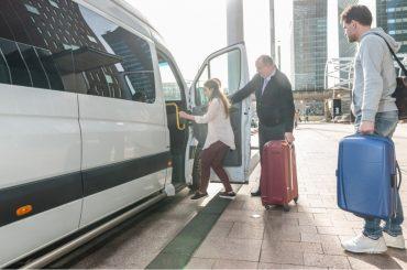 mulher entrando em van