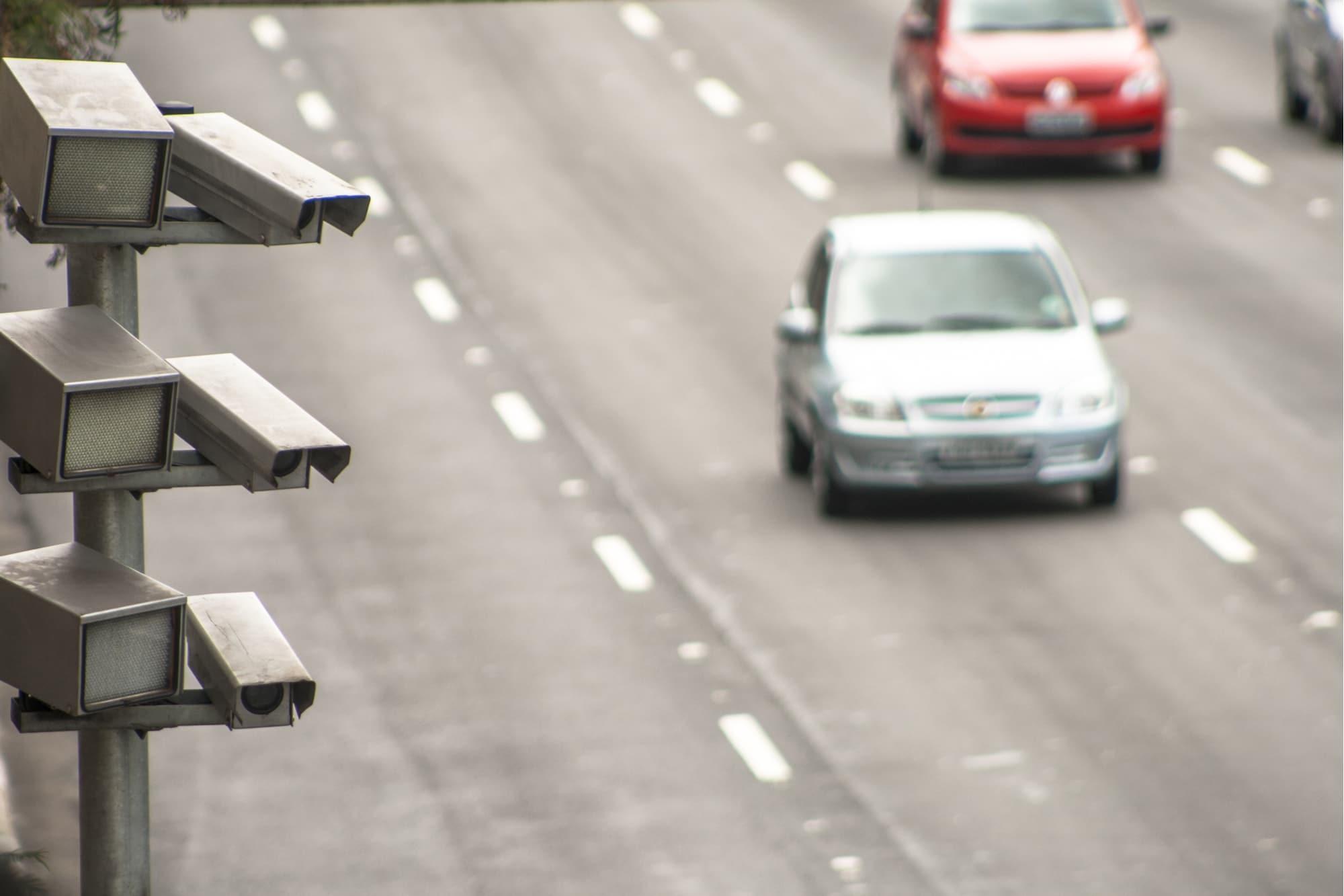 carros em rodovia com radar