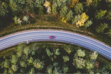 vista aérea de carro em estrada