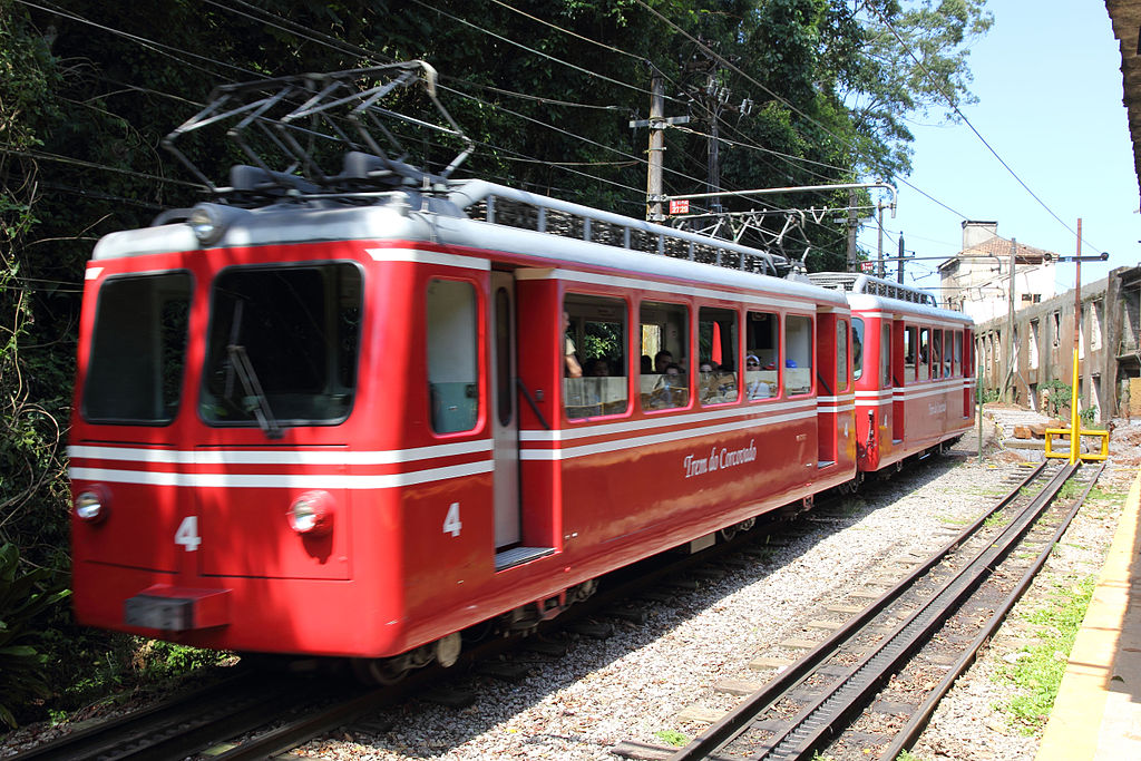 1024px-Trem_do_Corcovado_na_Estação_Paineiras_02