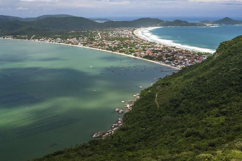 Cidade praia e morro em Santa Catarina