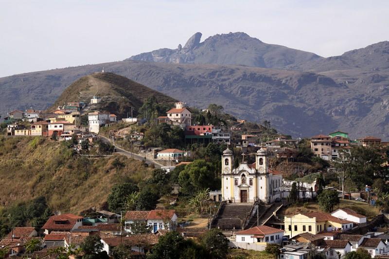 Igreja Matriz de Santa Efigênia e o Pico do Itacolomi em Ouro Preto