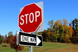 placa de trânsito stop e one way dos estados unidos
