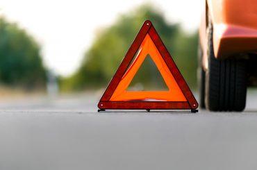 carro parado na estrada com triangulo