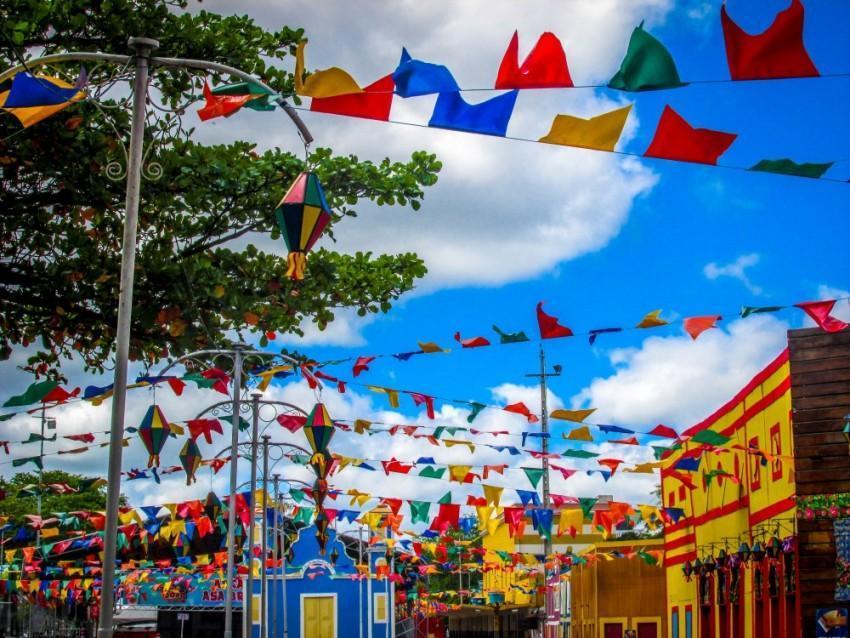 Rua decorada com bandeirinhas de Festa Junina