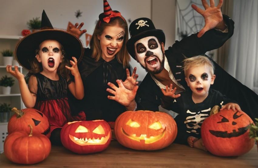 Família fantasiada para o Dia das Bruxas