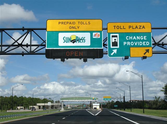 Placas de sinalização de praça de pedágio na Flórida