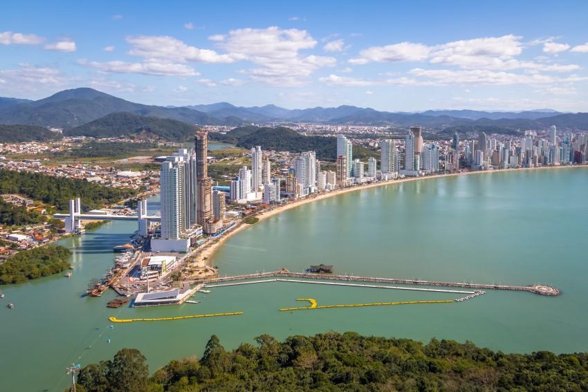 Vista aérea da orla de Balneário Camboriú em Santa Catarina