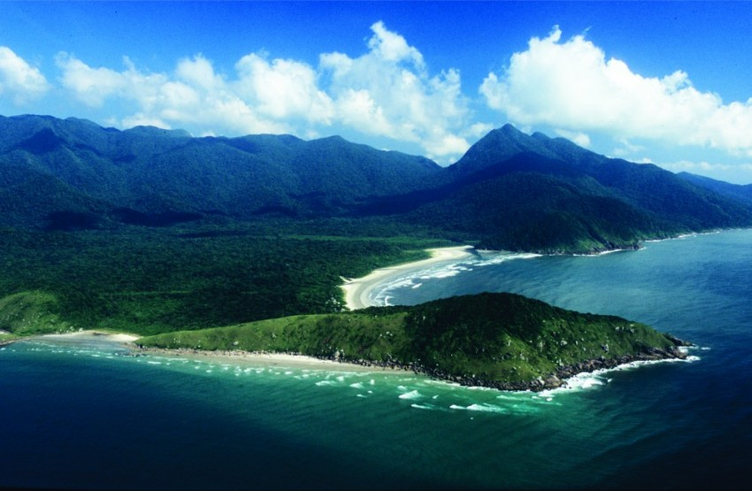 Vista aérea do Parque Estadual Ilha do Cardoso com praias e morros