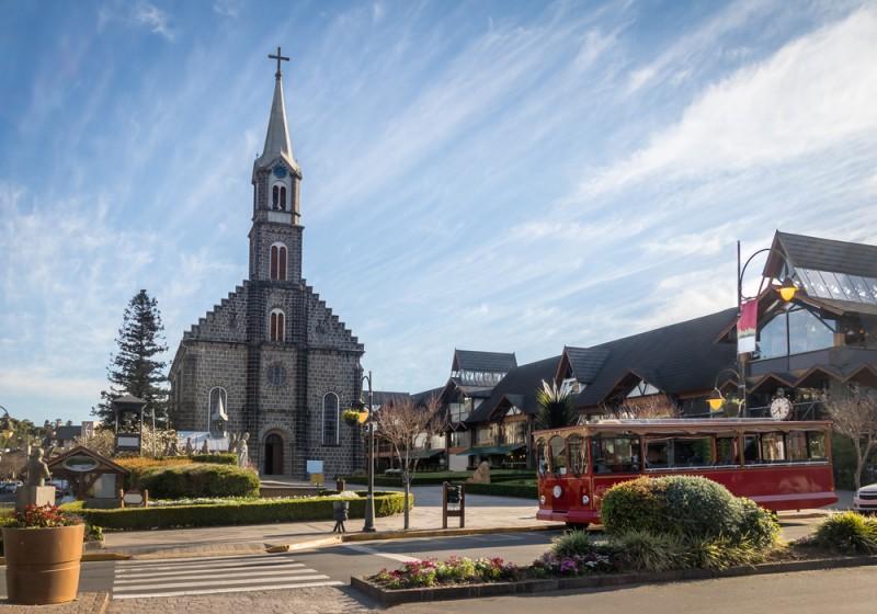Centro de Gramado com a Igreja Matriz São Pedro Apóstolo ao fundo