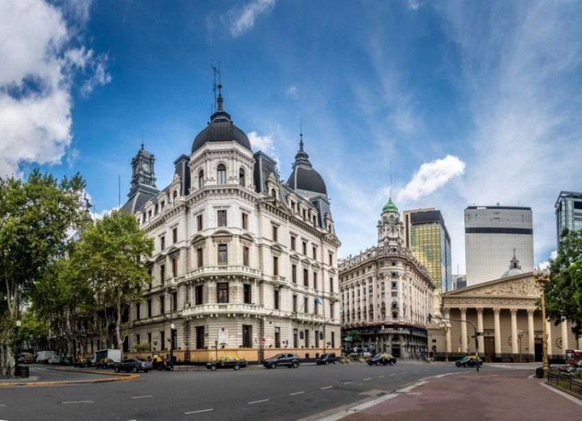 Cruzamento de ruas no centro de Buenos Aires