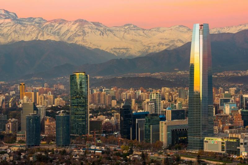 Vista da cidade de Santiago, no Chile, com montanhas nevadas ao fundo
