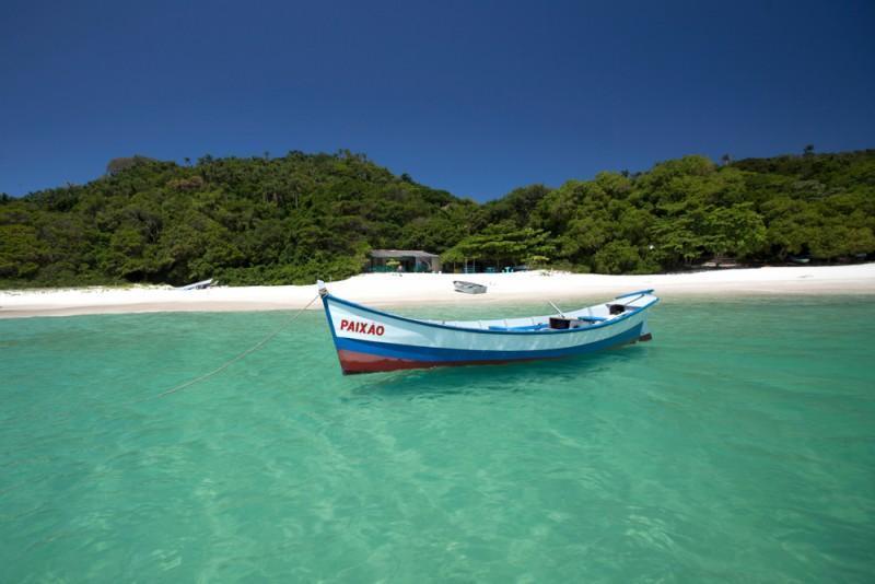 Barco às margens da Ilha do Campeche