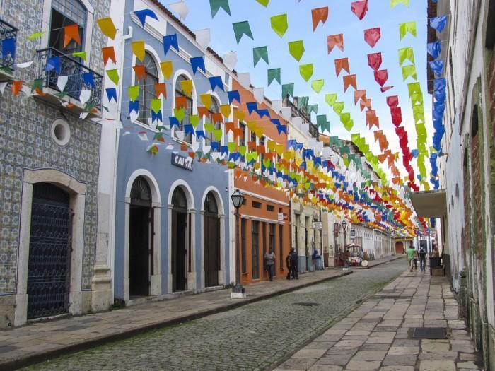 Rua no centro histórico de São Luís cheia de bandeirinhas penduradas
