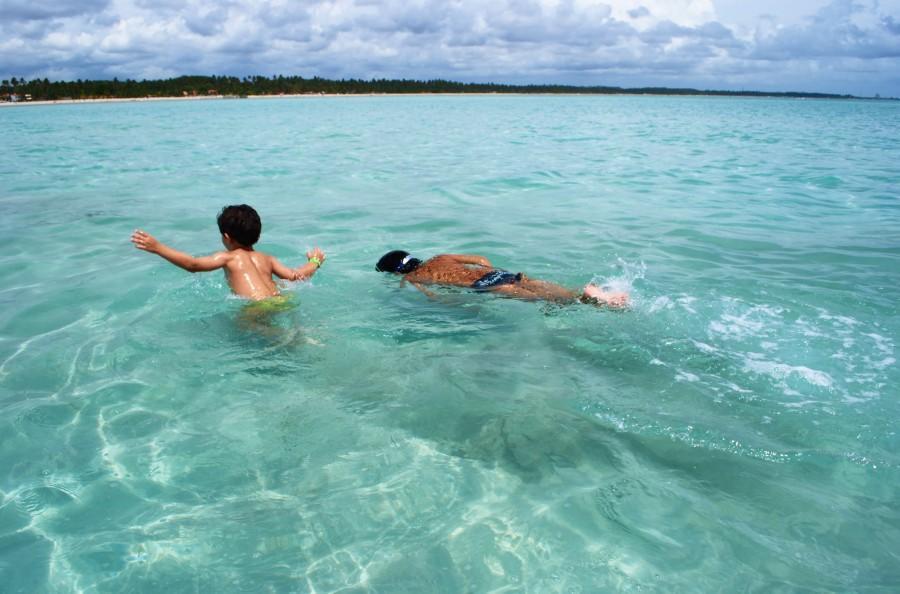Crianças brincando no mar em Maragogi