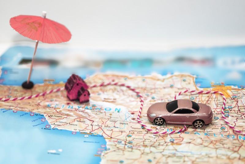 Mapa com carrinho de brinquedo