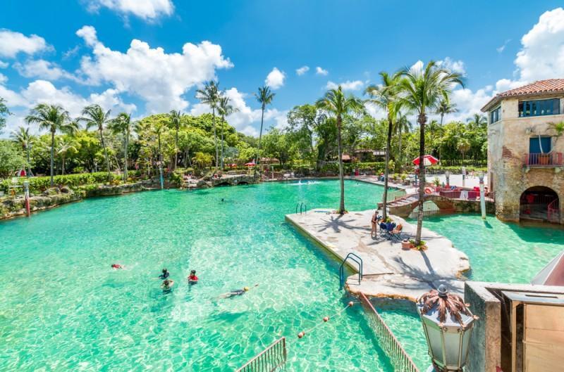 Crianças brincando na Venetian Pool em Miami