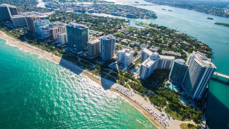 Vista aérea de praia em Miami