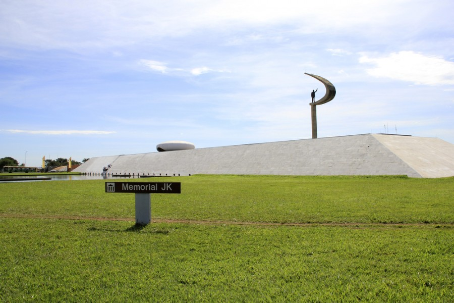Memorial JK com grama verde