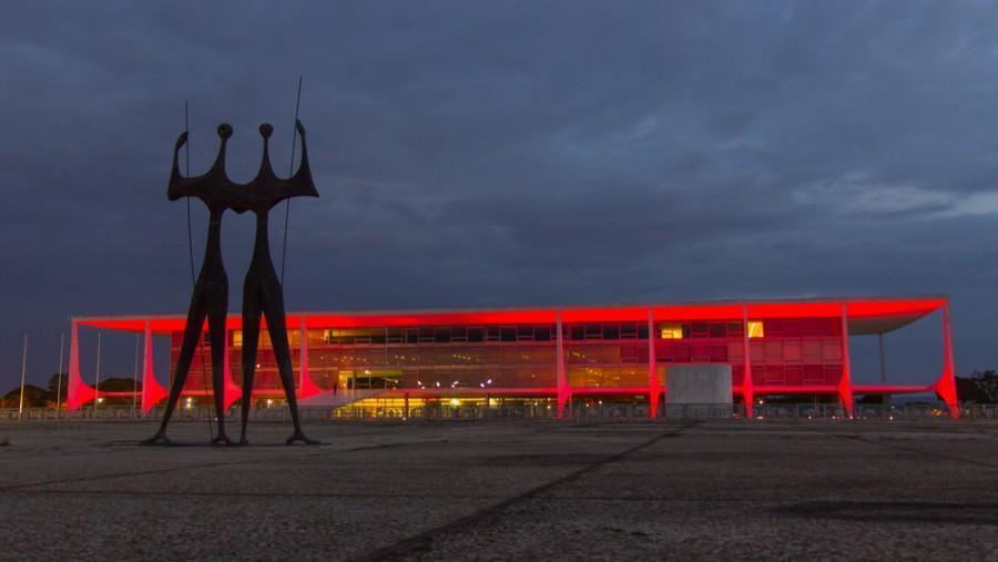 Palácio do Planalto com luzes vermelhas