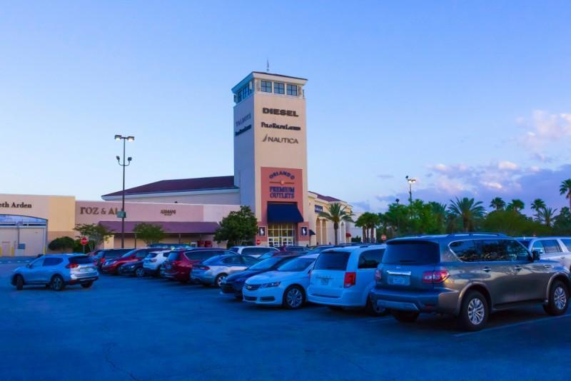 Estacionamento e torre do Premium Outlets Orlando