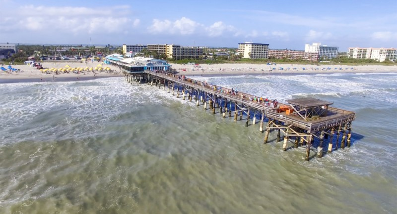 Vista aérea de Cocoa Beach e o píer