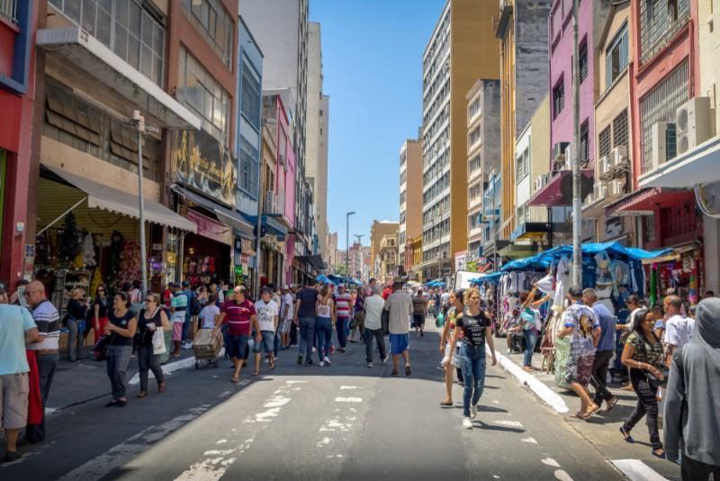 Rua 25 de Março com pedestres e lojas