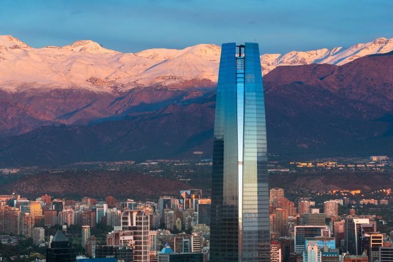 Sky Costanera em Santiago com montanhas ao fundo