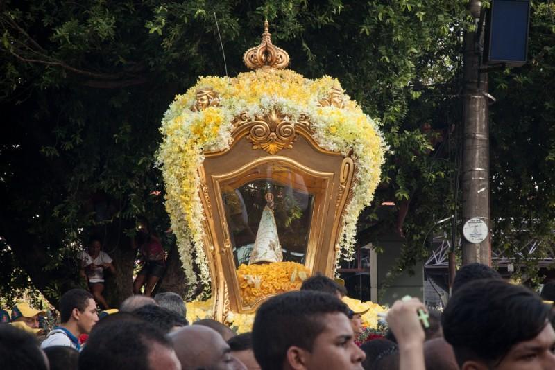 Imagem de Nossa Senhora de Nazaré em procissão em Belém