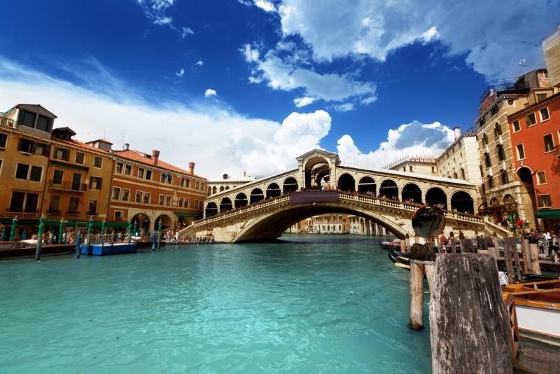 Ponte di Rialto e cidade de Veneza, na Itália