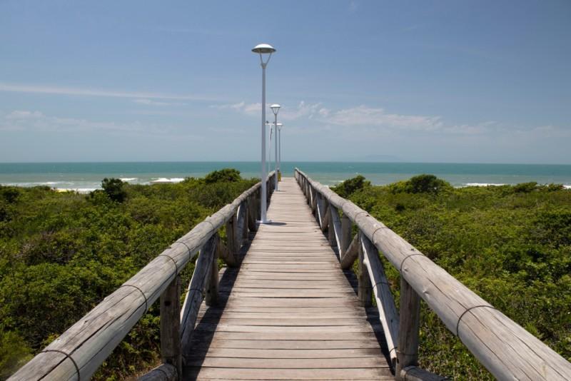 Ponte que leva à praia em Governador Celso Ramos, Santa Catarina
