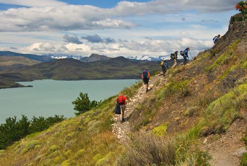 Torres del Paine com turistas caminhando.