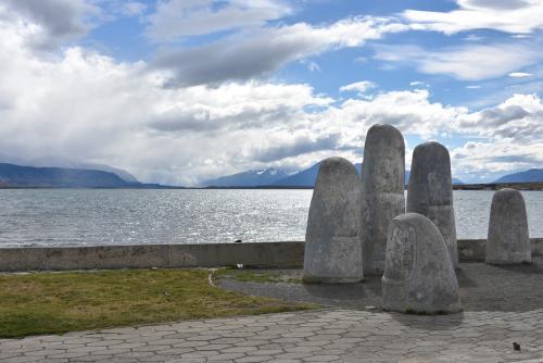 Estatua de la Mano, réplica do Monumento al Ahogado de Punta Del Este.