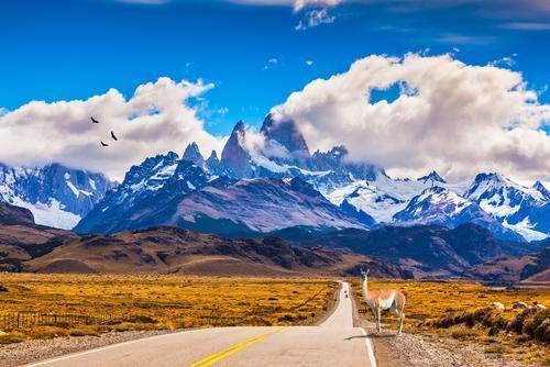 Estrada na Patagônia com Monte Fitz Roy ao fundo.