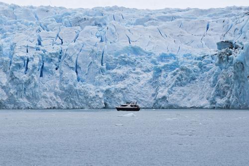 Barco em frente ao Glaciar Upsala no lago da Patagônia Argentina.