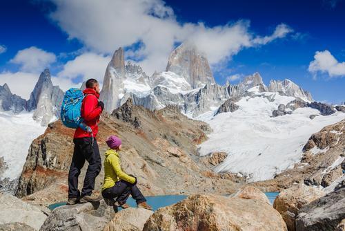 Turistas apreciando a vista do famoso Monte Fitz Roy, em El Chaltén.