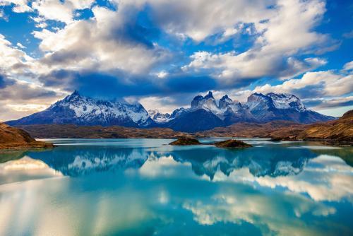 Parque Nacional Torres del Paine com reflexo no Lago.