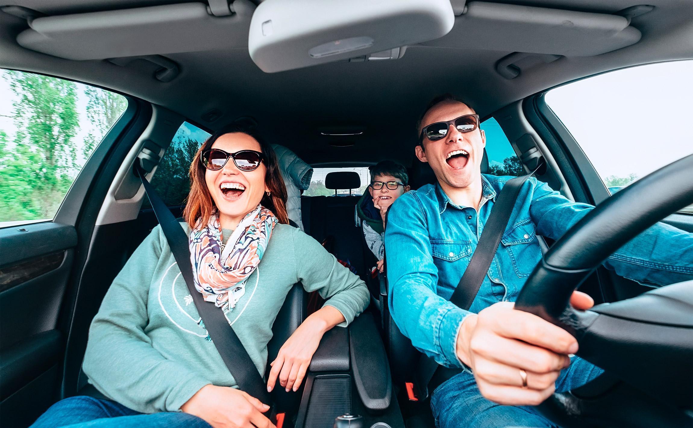 casal e criança em carro