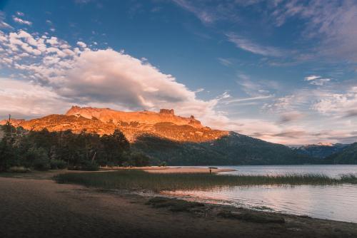 lago falkner na patagônia argentina no por do sol