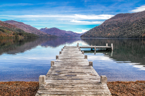 pequena ponte sobre o lago hermoso na argentina