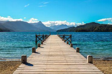 ponte de madeira em lago na rota dos 7 lagos