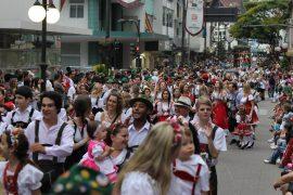 desfile da oktoberfest blumenau